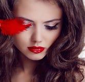 Портрет красотки женщины способа. Красные губы Стоковые Изображения