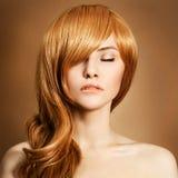 Портрет красотки. Курчавые длинние волосы Стоковая Фотография RF
