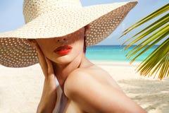 Портрет красотки на пляже стоковые фотографии rf