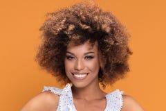 Портрет красоты афро молодой усмехаясь дамы Стоковое Фото