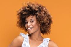 Портрет красоты афро молодой усмехаясь дамы Стоковая Фотография