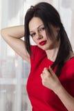 Портрет красоты волос женщины Красное платье конец вверх Стоковые Фото
