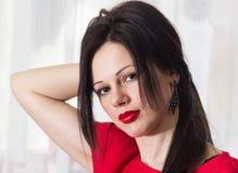 Портрет красоты волос женщины Красное платье конец вверх Стоковое фото RF