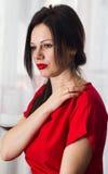 Портрет красоты волос женщины Красное платье конец вверх Стоковая Фотография