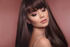 Портрет красоты женщины брюнета с макияжем карандаша для глаз и длиной стоковая фотография