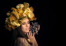 Портрет красоты женщины осени с виноградиной Стоковые Фото