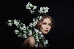 Портрет красоты искусства обнажённой женщины на черной предпосылке Ветви Стоковое Изображение RF