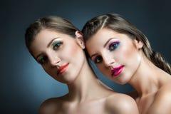 Портрет красоты конца-вверх 2 красивых молодых женщин Стоковое Изображение RF