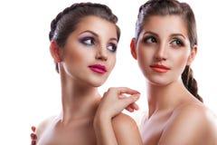 Портрет красоты конца-вверх 2 красивых молодых женщин Стоковые Изображения