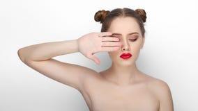 Портрет красоты конца-вверх молодой красивой женщины при hairdo плюшки чистой свежей здоровой кожи смешной howing ее ладонь на бе стоковые изображения