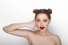 Портрет красоты конца-вверх молодой красивой женщины при hairdo плюшки чистой свежей здоровой кожи смешной делая знак телефонного стоковая фотография rf