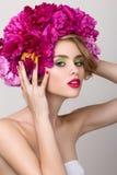 Портрет красоты конца-вверх молодой милой девушки с цветками внутри он Стоковое фото RF