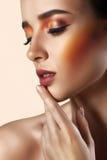 Портрет красоты крупного плана привлекательной модельной стороны с ярким mak Стоковые Изображения RF