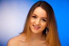 Портрет красоты милого девочка-подростка над голубой предпосылкой Стоковые Фотографии RF