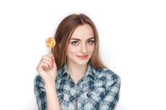 Портрет красоты молодой прелестной свежей смотря белокурой женщины в голубой рубашке шотландки представляя с леденцом на палочке  Стоковое Изображение