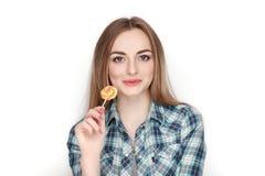 Портрет красоты молодой прелестной свежей смотря белокурой женщины в голубой рубашке шотландки представляя с леденцом на палочке  Стоковое Изображение RF