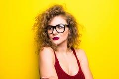 Портрет красоты молодой американской девушки с курчавым стилем причёсок Девушка представляя на желтой предпосылке, смотрящ камеру Стоковое Изображение RF