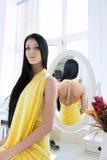 Портрет красоты молодой женщины брюнет в спальне Стоковая Фотография RF