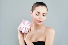 Портрет красоты моды стильной женщины с подарочной коробкой Стоковые Фотографии RF