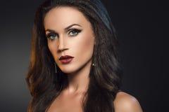 Портрет красоты привлекательной женщины брюнет на темной серой предпосылке Стоковое Изображение RF