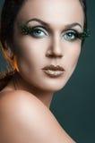 Портрет красоты привлекательной женщины с большой заплатой зеленых ресниц оперяется Стоковое Изображение