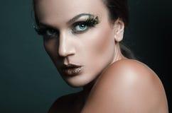 Портрет красоты привлекательной женщины с большой заплатой зеленых ресниц оперяется Стоковое Изображение RF