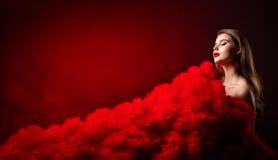 Портрет красоты, стиль фотомодели очарования, красивая женщина в красном платье ткани стоковое изображение