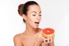 Портрет красоты счастливой женщины держа грейпфрут Стоковое фото RF