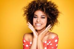 Портрет красоты усмехаясь девушки с афро Стоковая Фотография