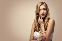 Портрет красоты фотомодели, элегантная женщина, волосы красивого макияжа длинные золотые стоковые фото