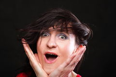 Портрет кричащей женщины с руками вверх Стоковые Изображения