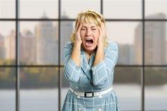 Портрет кричащей отчаянной женщины Стоковое Изображение