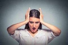 Портрет кричащей усиленной женщины стоковые фотографии rf