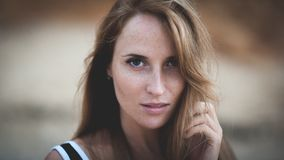 Портрет крупного плана драматический молодой красивой американской стороны женщины с веснушками стоковое фото rf