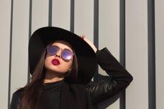 Портрет крупного плана женщины брюнет в широких наполненных до краев шляпе и mirro Стоковое Изображение RF