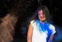 Портрет крупного плана женщины брюнет представляя с взрывая синью Стоковое Фото