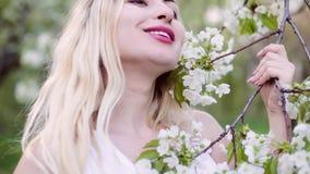 Портрет крупного плана женщины весной видеоматериал