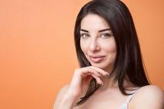 Портрет крупного плана женщины молодого счастливого красивого брюнет задумчивой стоковое изображение rf