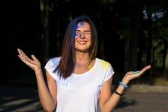 Портрет крупного плана жизнерадостной девушки брюнет представляя с powd Holi Стоковое фото RF