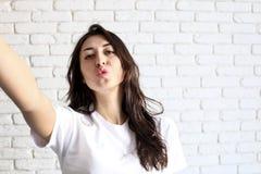 Портрет крупного плана крытый сногсшибательной милой девушки делая selfie, голубую крышку и напечатанное платье, sportive ультрам Стоковые Фотографии RF