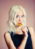 Портрет крупного плана милой белокурой девушки с конфетой Стоковое Фото