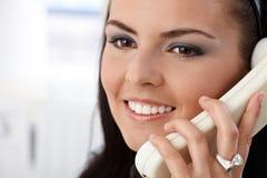 Портрет крупного плана милой девушки на усмехаться телефона Стоковое Изображение