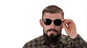 Портрет крупного плана молодого вскользь человека в солнечных очках смотря I стоковая фотография rf