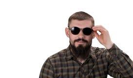 Портрет крупного плана молодого вскользь человека в солнечных очках смотря I стоковое фото