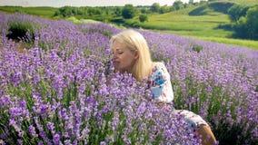 Портрет крупного плана молодой белокурой женщины ослабляя на поле лаванды Стоковое фото RF