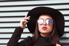 Портрет крупного плана молодой обольстительной модели носит шляпу и sunglass стоковое изображение rf
