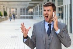 Портрет крупного плана, молодой человек надоел, расстроил, помоченный кто-то говоря на его мобильном телефоне, плохая новость, из стоковые фотографии rf