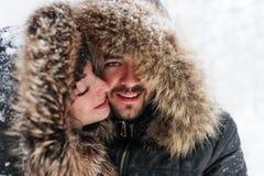 Портрет крупного плана молодых пар в зиме паркует Концепция романтичных отношений стоковые изображения