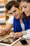 Портрет крупного плана молодых пар используя таблетку Стоковые Изображения