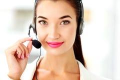 Портрет крупного плана оператора телефона поддержки в шлемофоне Стоковое фото RF